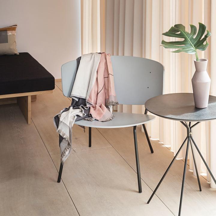 Herman Lounge Chair und Beistelltisch mit Sculpt Vase Corset