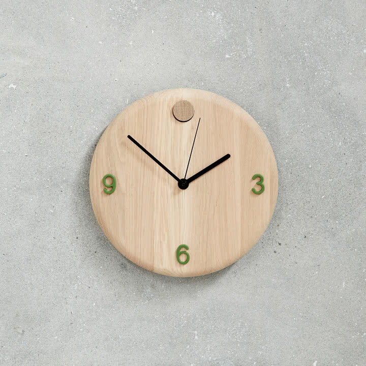 Wood Time Wanduhr von Andersen Furniture mit grünen Zahlen
