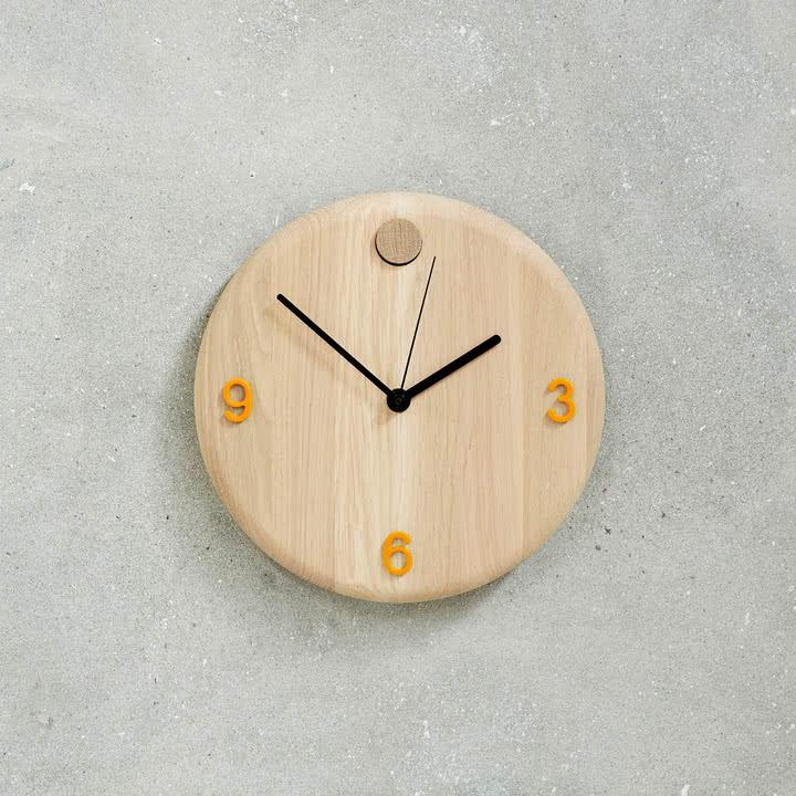 Wood Time Wanduhr von Andersen Furniture mit orangenfarbenen Zahlen
