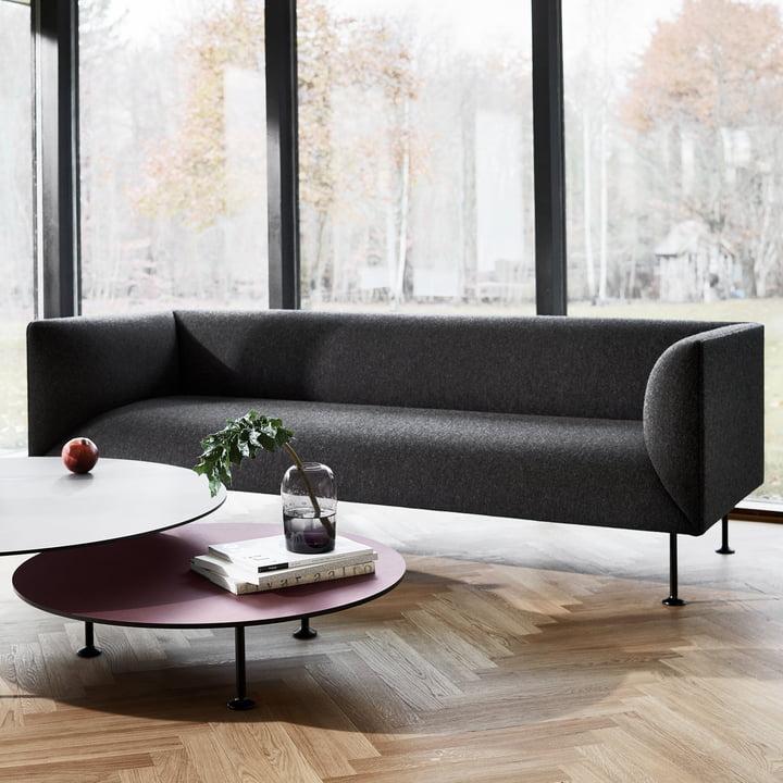 Das Godot Sofa vor einer Fensterfront