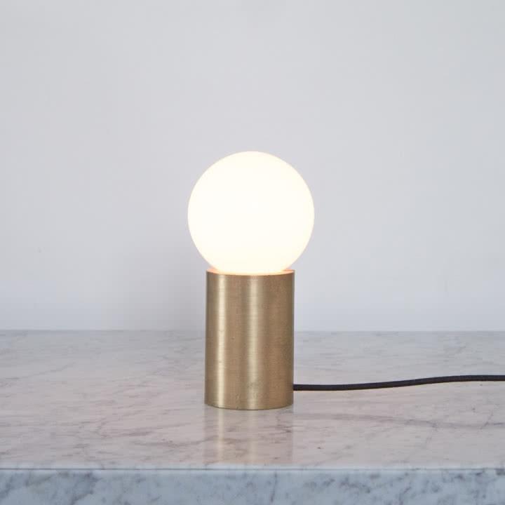 Tischlampe von Menu im warmen Licht