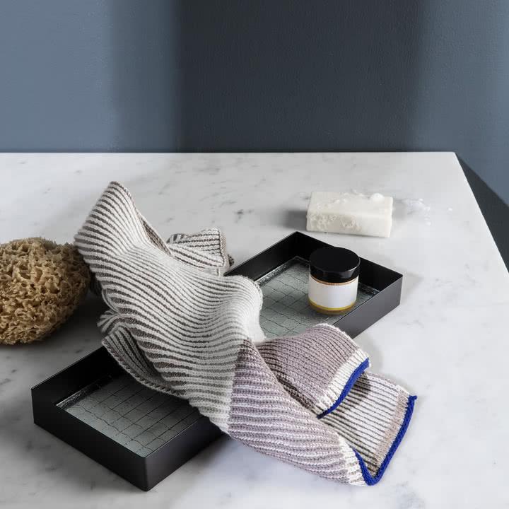Akin Knitted Geschirrtuch auf dem Haze Tablett