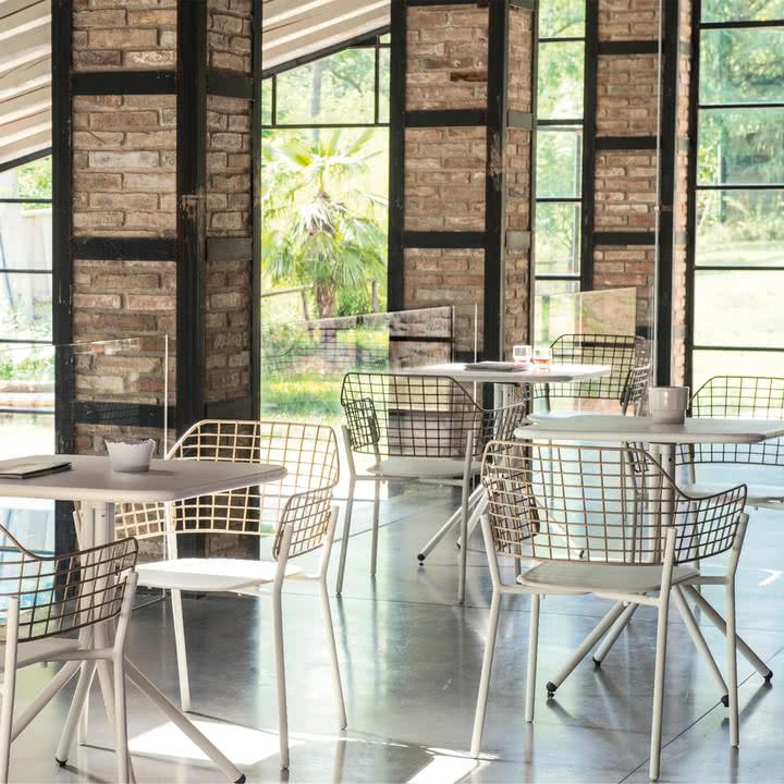 Lyze Armlehnstuhl und Yard Tisch