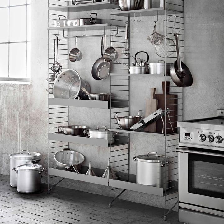String Regalsystem mit Metallböden und Zubehör in der Küche