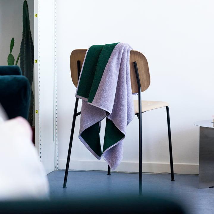 Compose Badetuch von Hay auf Stuhl