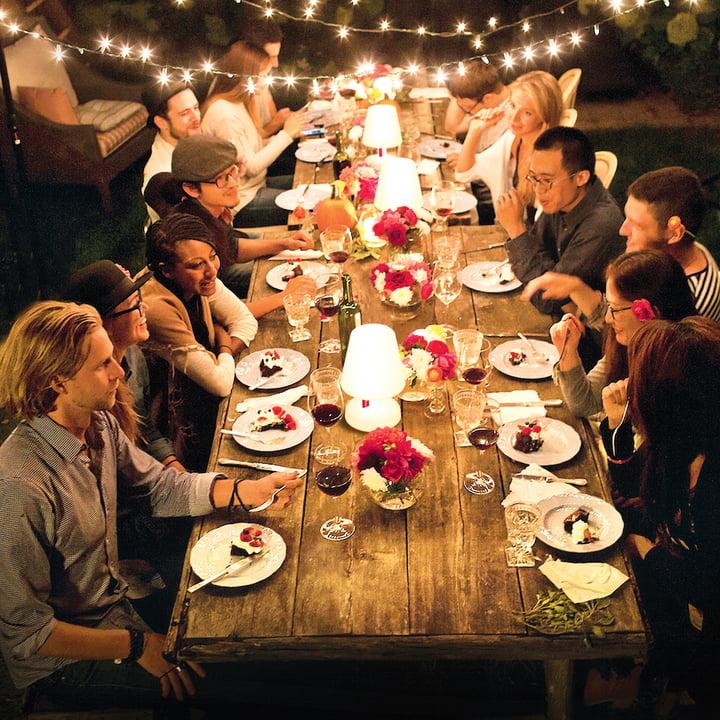 Edison the Petit von Fatboy bei einer Dinnerparty