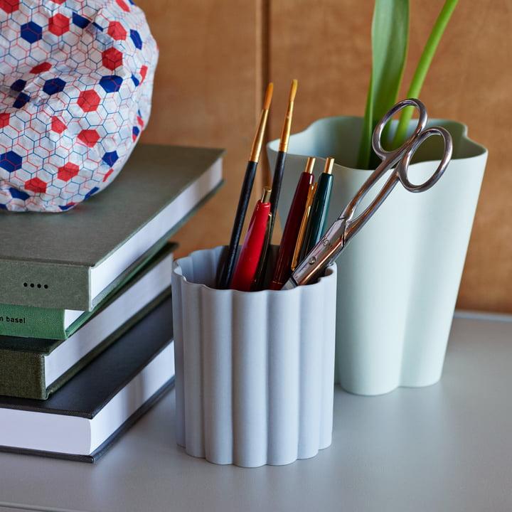 Der Iris Stifthalter in grau und Vase in grün von Hay