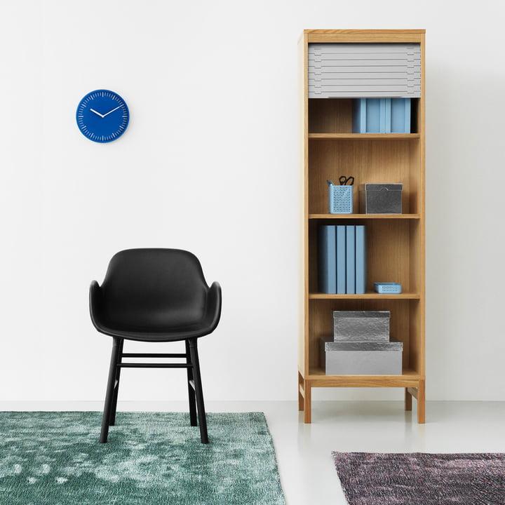 Confetti Teppich, Jalousi Kommode und Form Armlehnstuhl (Holz)