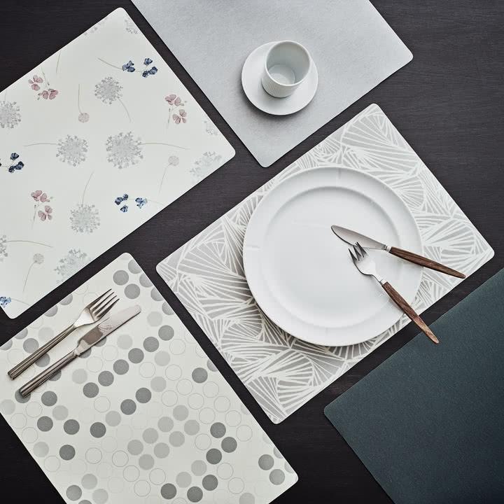 Das Juna - Labyrinth Tischset auf der gedeckten Tafel