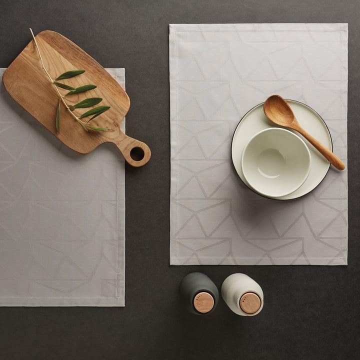 Das Georg Jensen Damask - Arne Jacobsen Tischset, rechteckig / opalgrau auf dem Esstisch