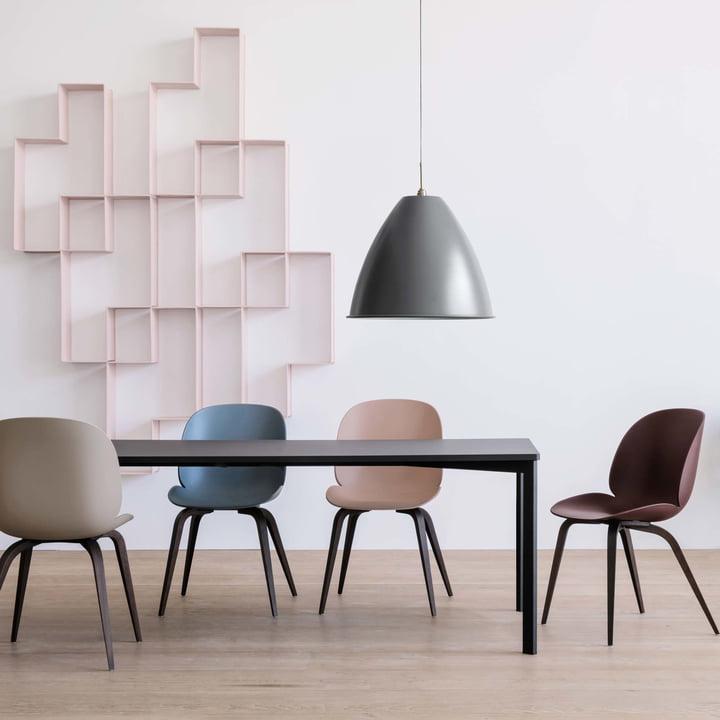 Y! Esstisch von Gubi mit den Beetle Dining Chairs Wood Base