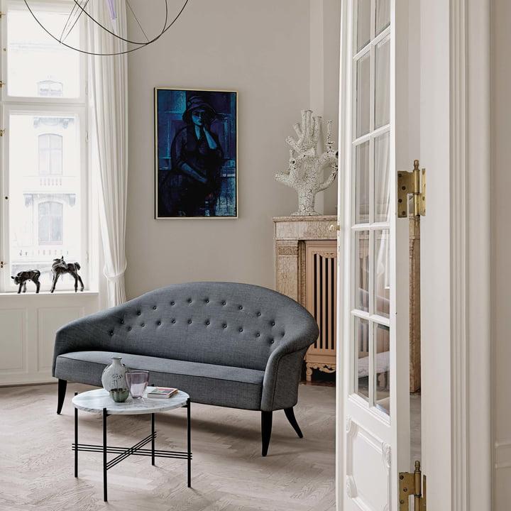 Paradiset Sofa und TS Couchtisch von Gubi im Wohnzimmer