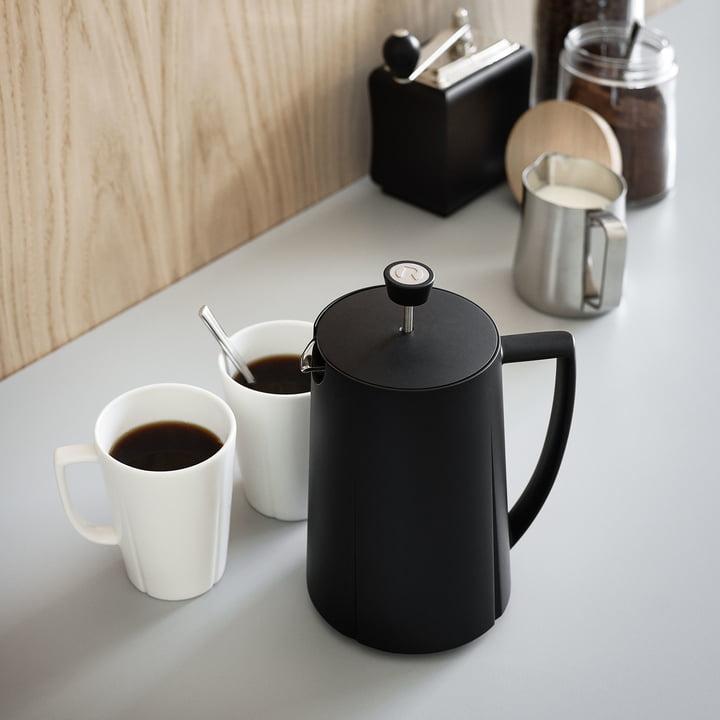 Grand Cru Kaffeepresse von Rosendahl mit Tassen in der Küche