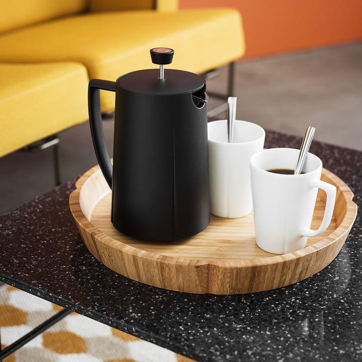 Grand Cru Kaffeepresse von Rosendahl mit Bechern auf einem Tablett auf dem Couchtisch im Wohnzimmer