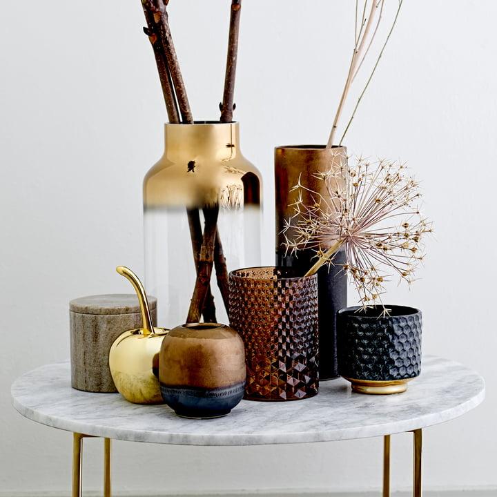 Teelichthalter, Vase, Deko-Kirsche und Aufbewahrungsdose von Bloomingville auf einem Beistelltisch