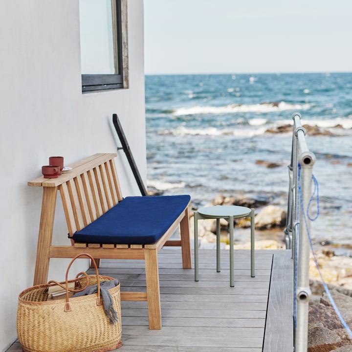 Die Skagerak - Plank Bank 144 cm, Teak mit Auflage in marine auf der Terrasse