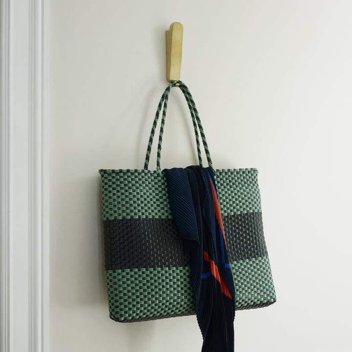 Der Skagerak - Reflect Wandhaken Double in Eiche / Messing mit angehängter Tasche