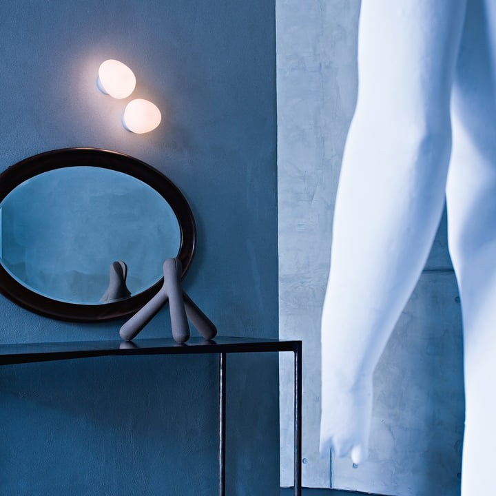 Die Foscarini - Gregg Wand- und Deckenleuchte LED über dem Tisch arrangiert