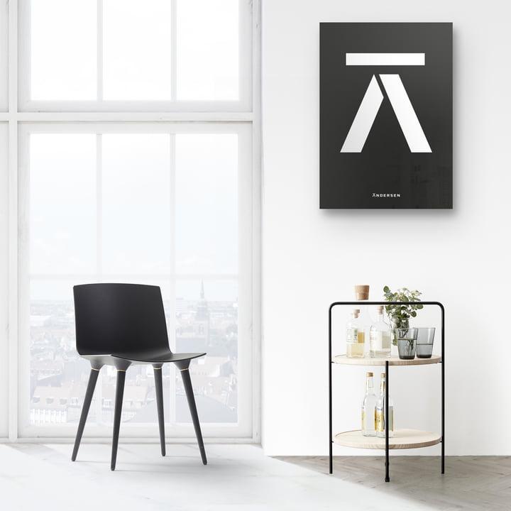 Andersen Furniture - Beistelltisch in schwarz / Esche und TAC Stuhl in Kombination