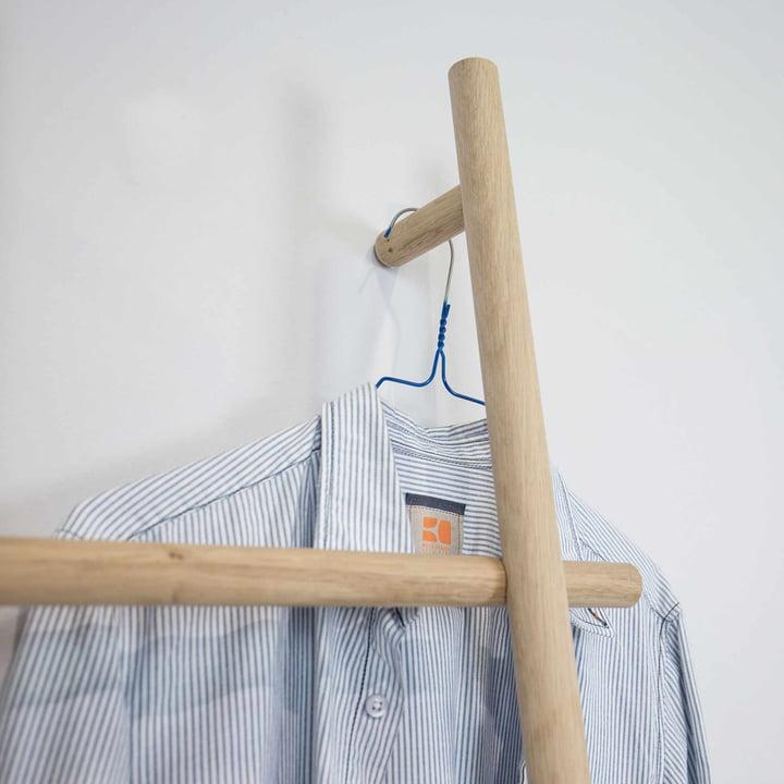 Die kommod - Lendra Leiter / Anlehngarderobe mit Kleidung
