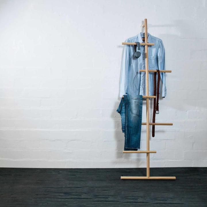kommod - Wendra Handtuchhalter / Anlehngarderobe mit Kleidung