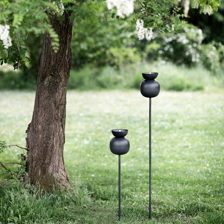 Die Northern - Poppy Tisch-Öllampe im Garten