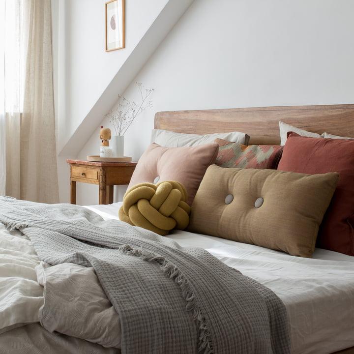 Schlafzimmer-Deko in Rot- und Erdtönen