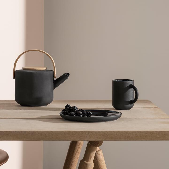 Die Stelton - Theo Becher und Teekanne auf dem Tisch