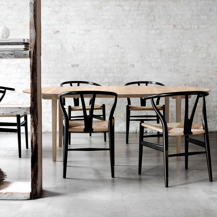 Carl Hansen - CH338 ausziehbarer Esstisch, 200 x 115 cm in eiche geseift mit CH24 Wishbone Chair