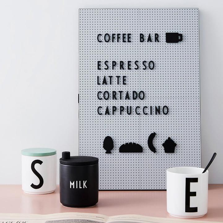 Nachrichtentafel mit Milchkännchen von Design Letters
