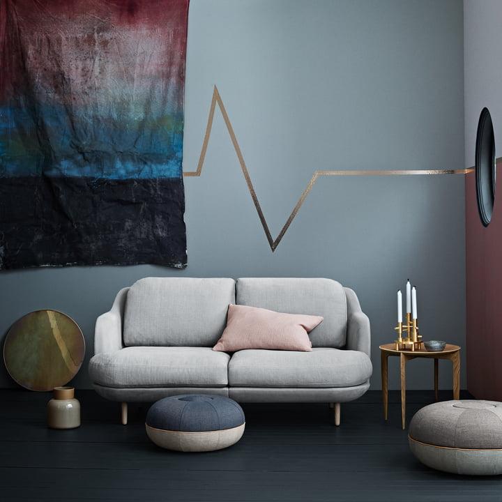 Das Fritz Hansen - Lune Sofa - 2 Sitzer - grau mit Celine Manz Pouf