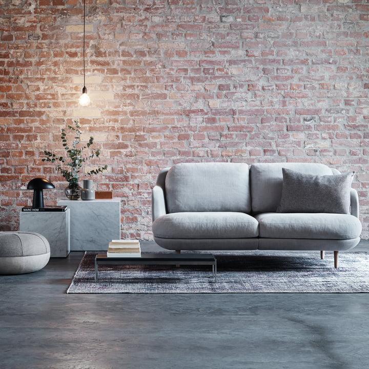 Das Fritz Hansen - Lune Sofa - 2 Sitzer - grau frei im Raum platziert