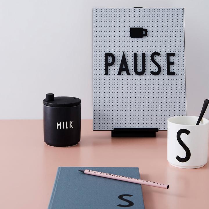 Halter für Nachrichtentafel und Milchkännchen mit Deckel von Design Letters