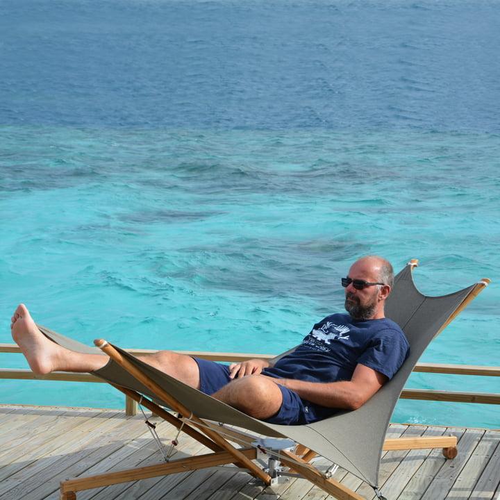 Kajito Sonnenliege auf einer Terrasse am Meer