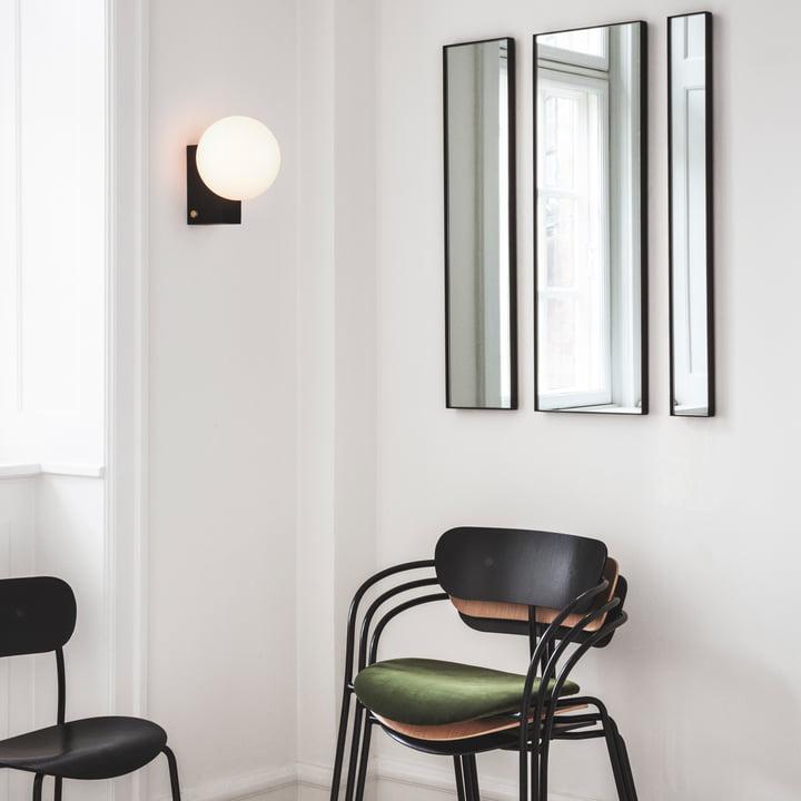 Amore Wandspiegel, Journey Tisch- und Wandleuchte, Pavilion Armlehnstuhl und Pavilion Stuhl von &Tradition