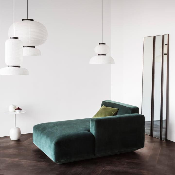 Lato Beistelltisch, Formakami Pendelleuchten, Develius Sofa und Amore Wandspiegel von &Tradition