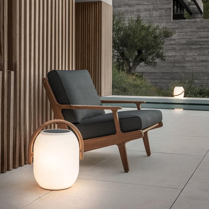 Der Gloster - Bay Lounge Chair mit Cocoon Solarleuchte.