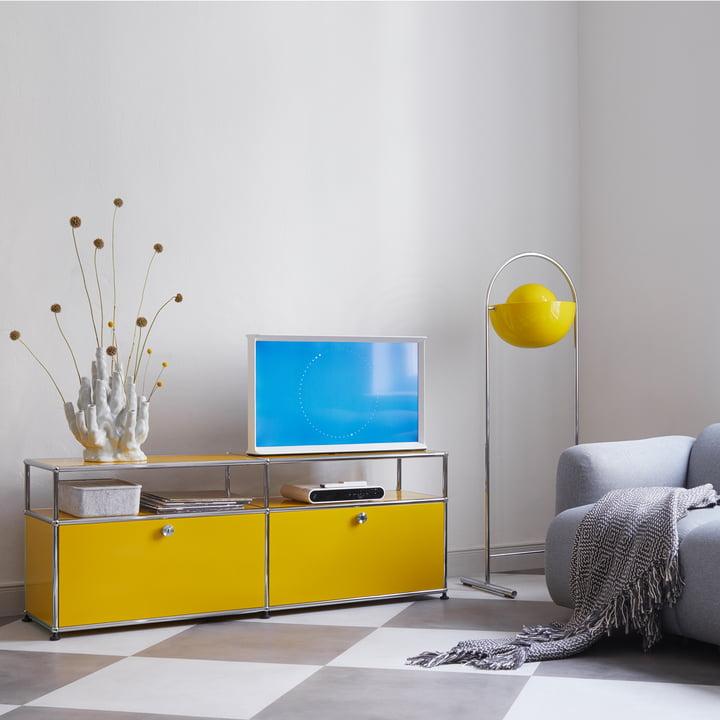 USM Haller - TV-/Hi-Fi-Möbel M zwei Klapptüren und Ablagefläche, reinweiß (RAL 9010) im Wohnzimmer