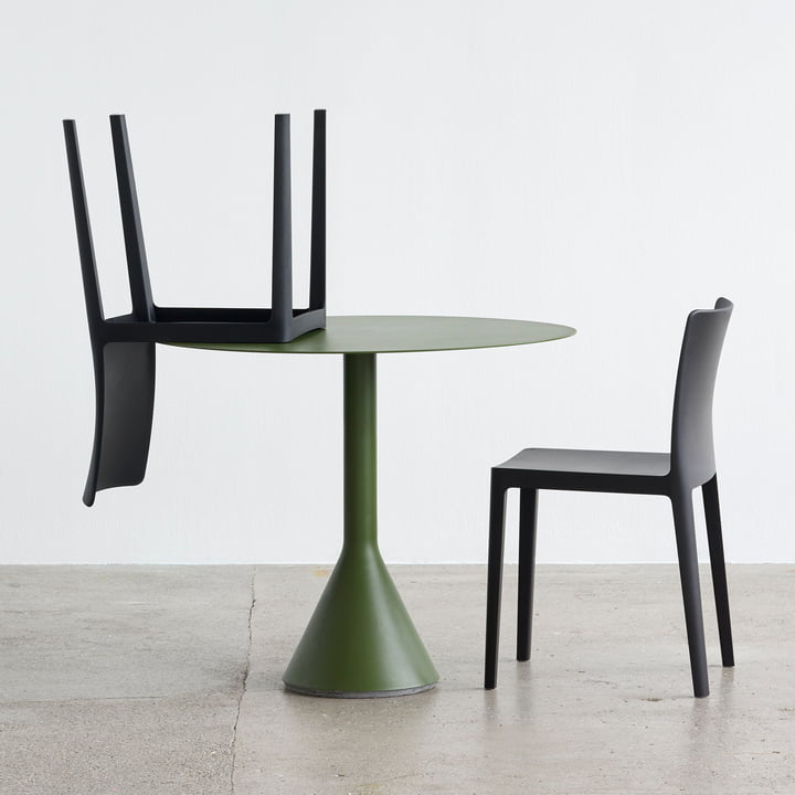 Der Hay - Élémentaire Chair, anthrazit zusammen mit dem Palissade Tisch