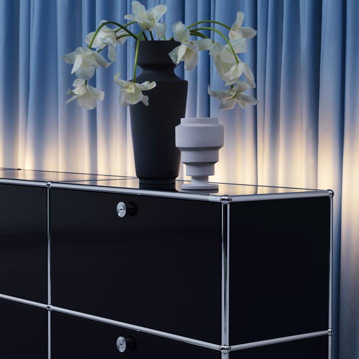 Das USM Haller - TV-/Hi-Fi Lowboard mit Blumen dekoriert