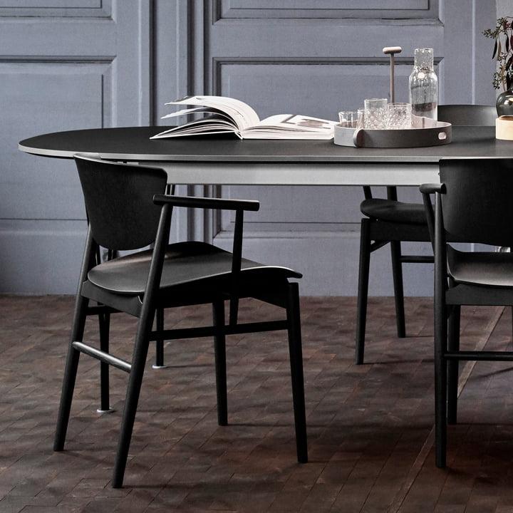 Der Fritz Hansen - N01 Armlehnstuhl in Eiche schwarz gefärbt am Esstisch