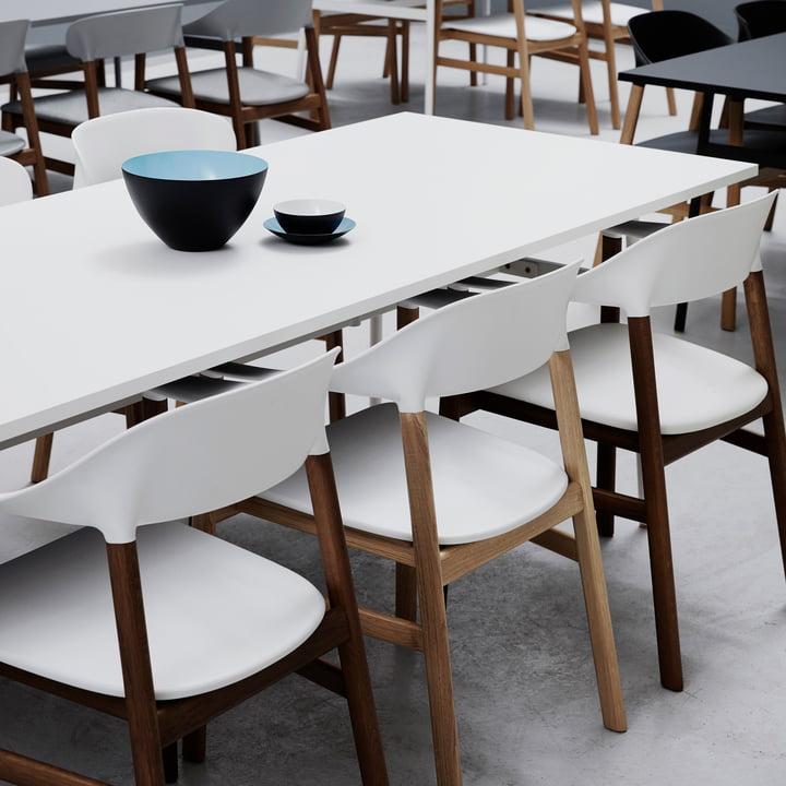 Der Normann Copenhagen - Herit Armlehnstuhl am Tisch
