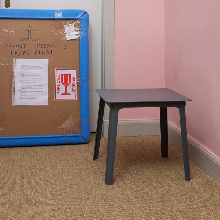 Der Normann Copenhagen - Steady Tisch, 45 x 45 x H 38 cm in graphit im Raum platziert