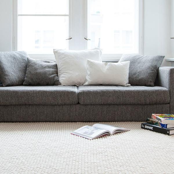 Linéa Teppich Rechteckig von myfelt vor dem Sofa