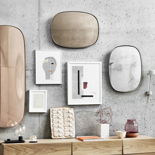 Gerahmte Spiegel an der Wohnzimmerwand