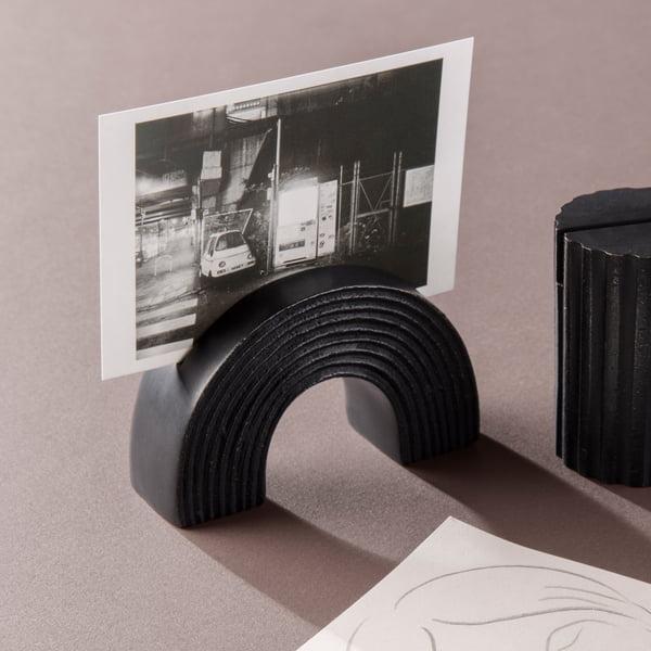 Der ferm Living - Kartenhalter Arch und Column, in schwarz mit Foto