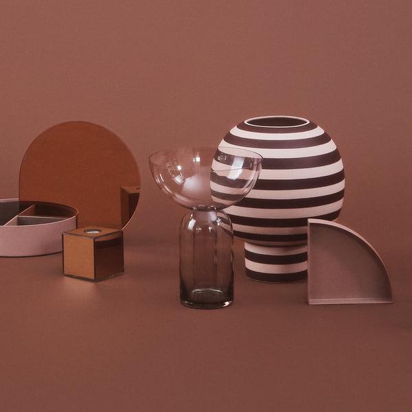 Designer-Vase in skulpturaler Form: Varia Sculptural Vase, Ø 18 x H 21 cm in rose / bordeaux mit weiteren Objekten von AYTM