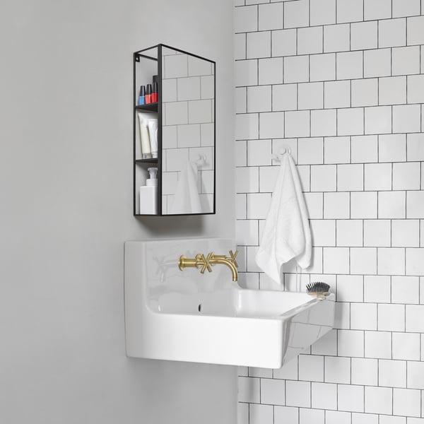 Cubiko Spiegel Regal in schwarz von Umbra im Badezimmer