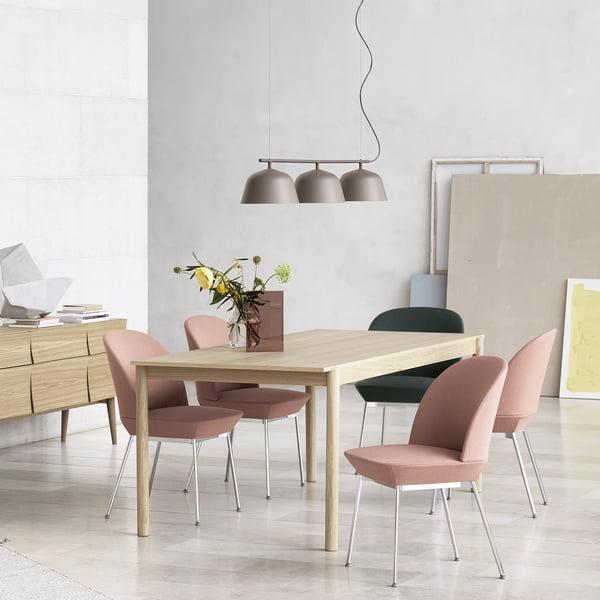 Linear Wood Esstisch mit Olso Side Chair, Reflect Sideboard und Ambit Rail Pendelleuchte von Muuto
