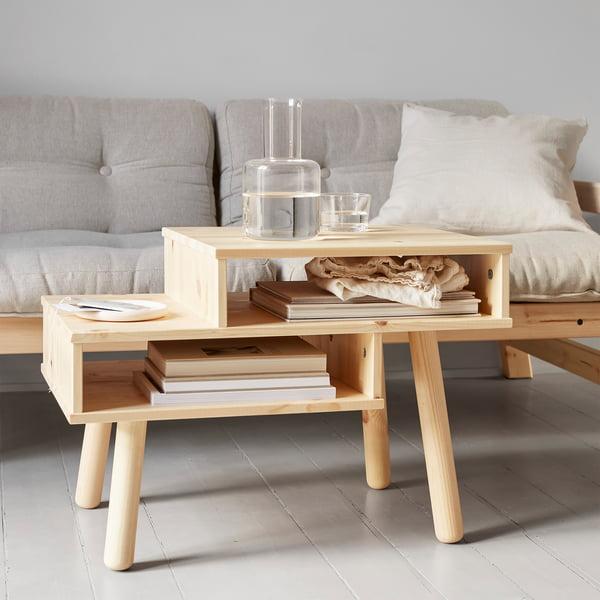 Hako Couchtisch in Natur von Karup Design vor dem Sofa
